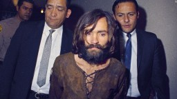 Charles Manson a todo color mientras es conducido los juzgados.