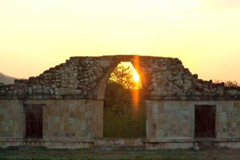 """50320073. Oxkintok, Yuc .- El resplandor del dios maya del Sol """"Kin"""" anuncia el inicio de la primavera en el Arco Falso del Grupo Ah Canul en la zona arqueológica de Oxkintok. NOTIMEX/FOTO/HUGO BORGES/FRE/HUM/"""